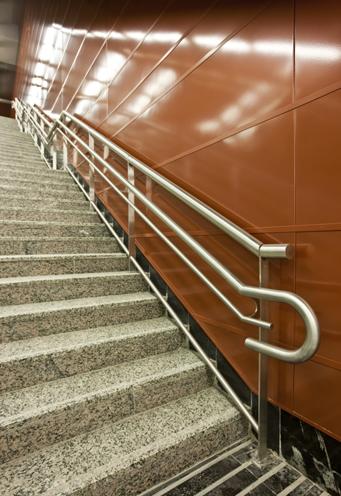 Escaleras fijas, información en braile en los posamanos