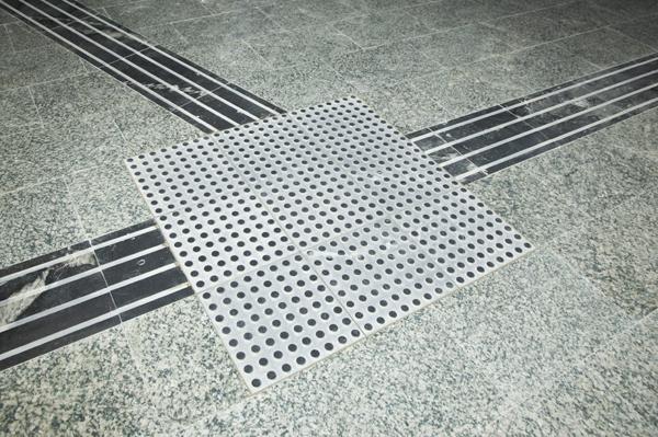 Pavimento de orientación integrada antideslizante