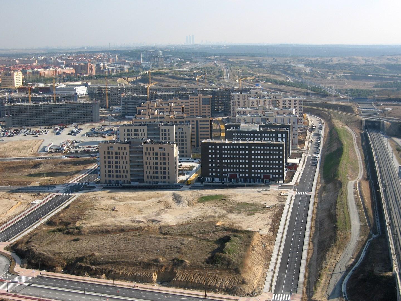 Madrid desde Nuevo Tres Cantos con 100 viviendas al frente