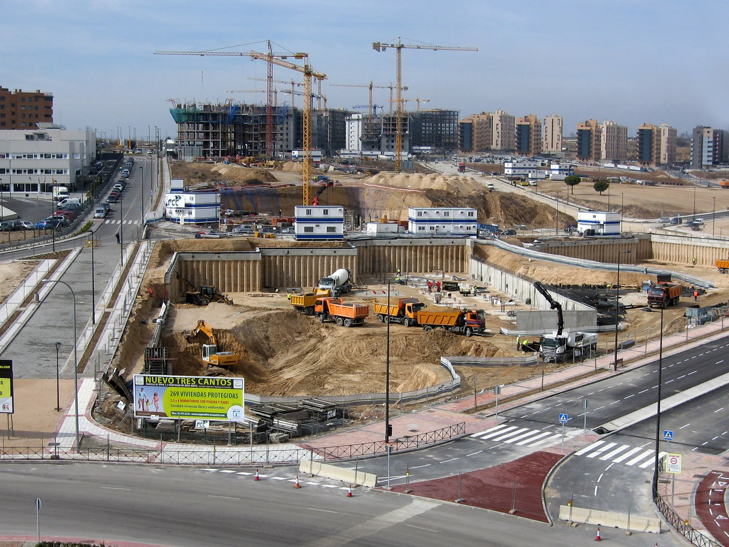 THE NUEVO TRES CANTOS WORKS WITH 1,000 DWELLINGS IN THE BACKGROUND