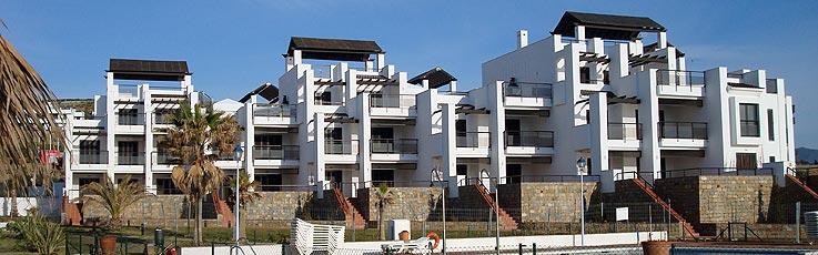 Vista  de las fachadas de la urbanización de El Toyo en Almería
