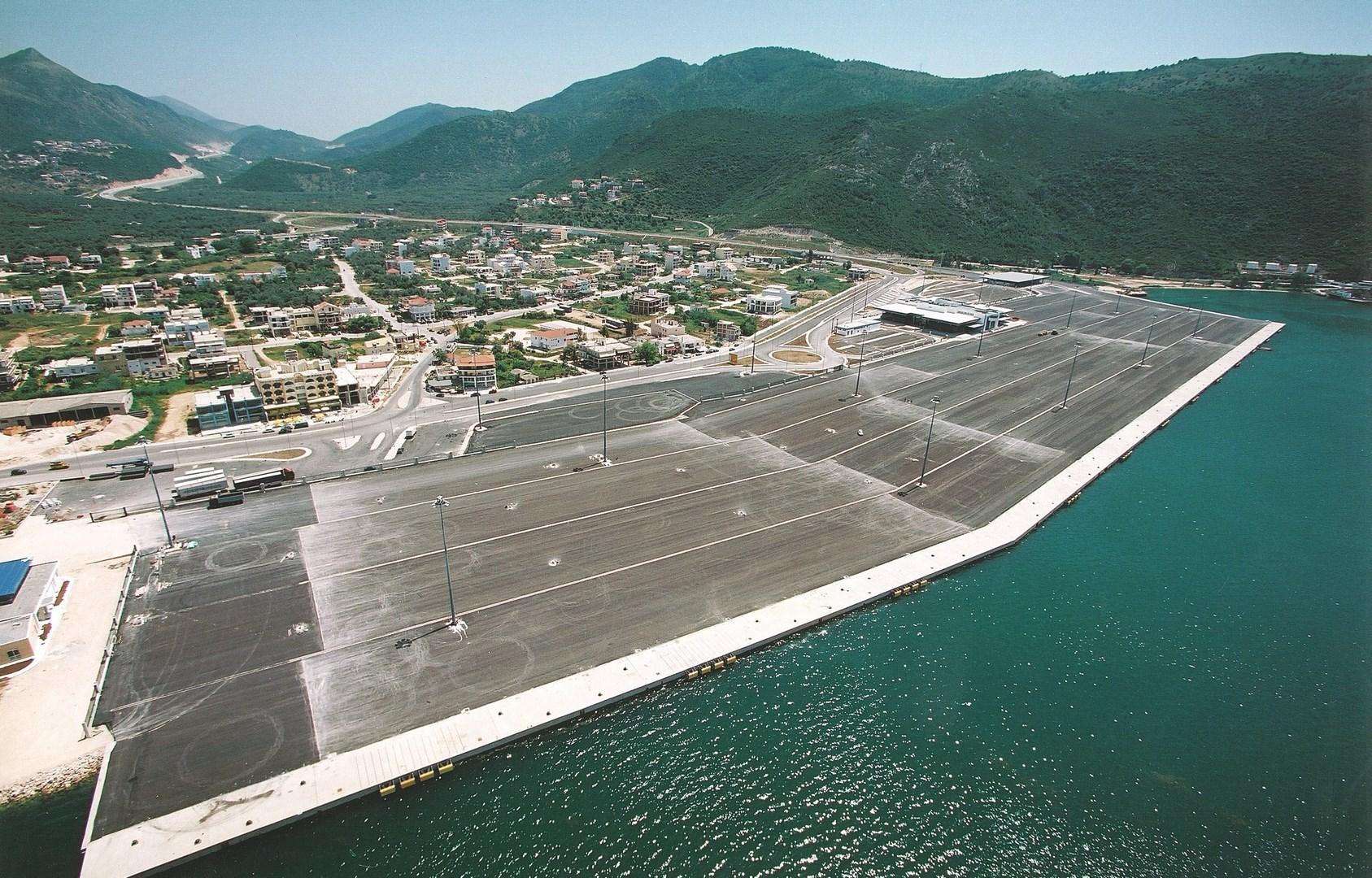 Muelle y esplanada de tránsito del puerto