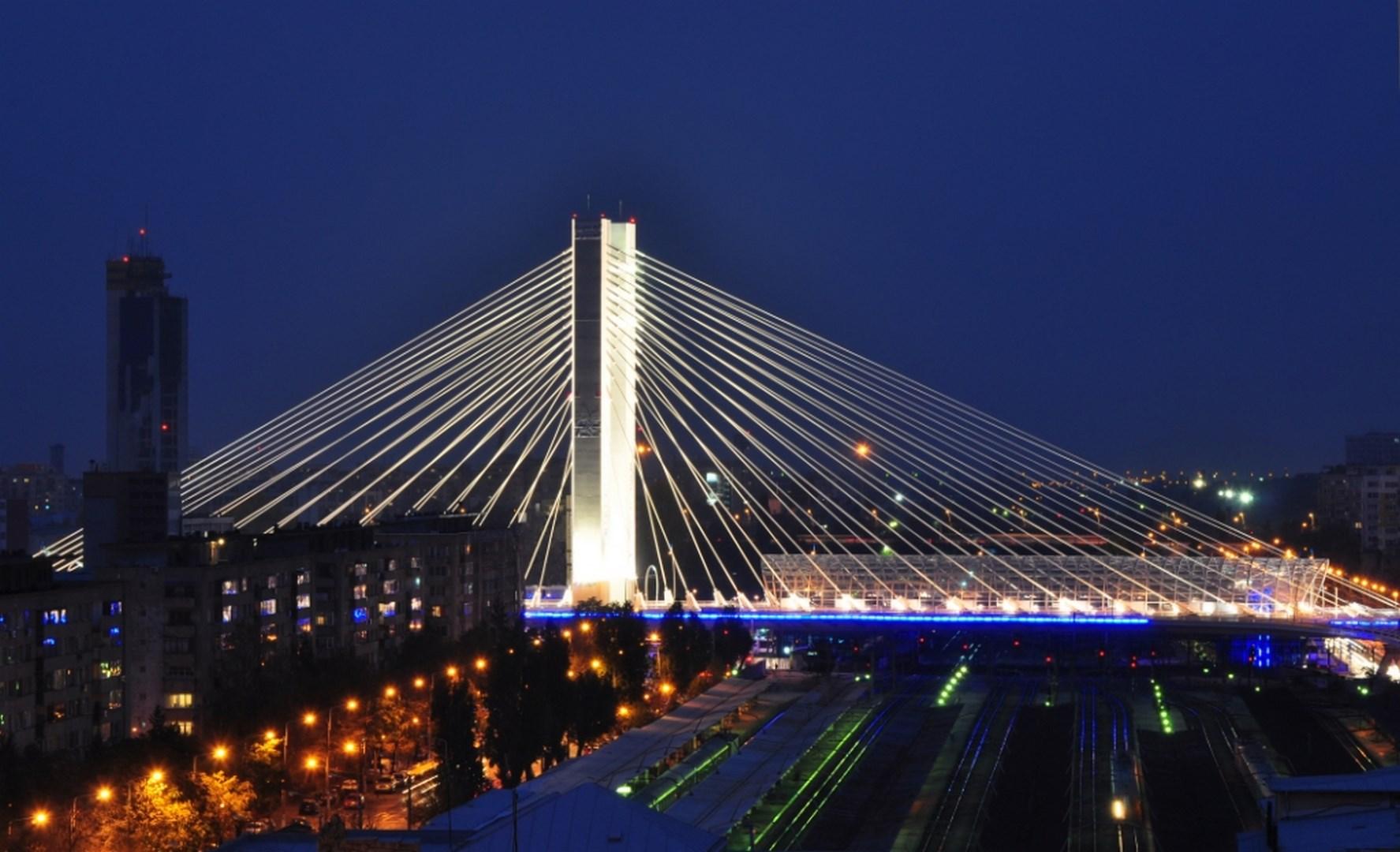 Puente atirantado sobre las vías de tren