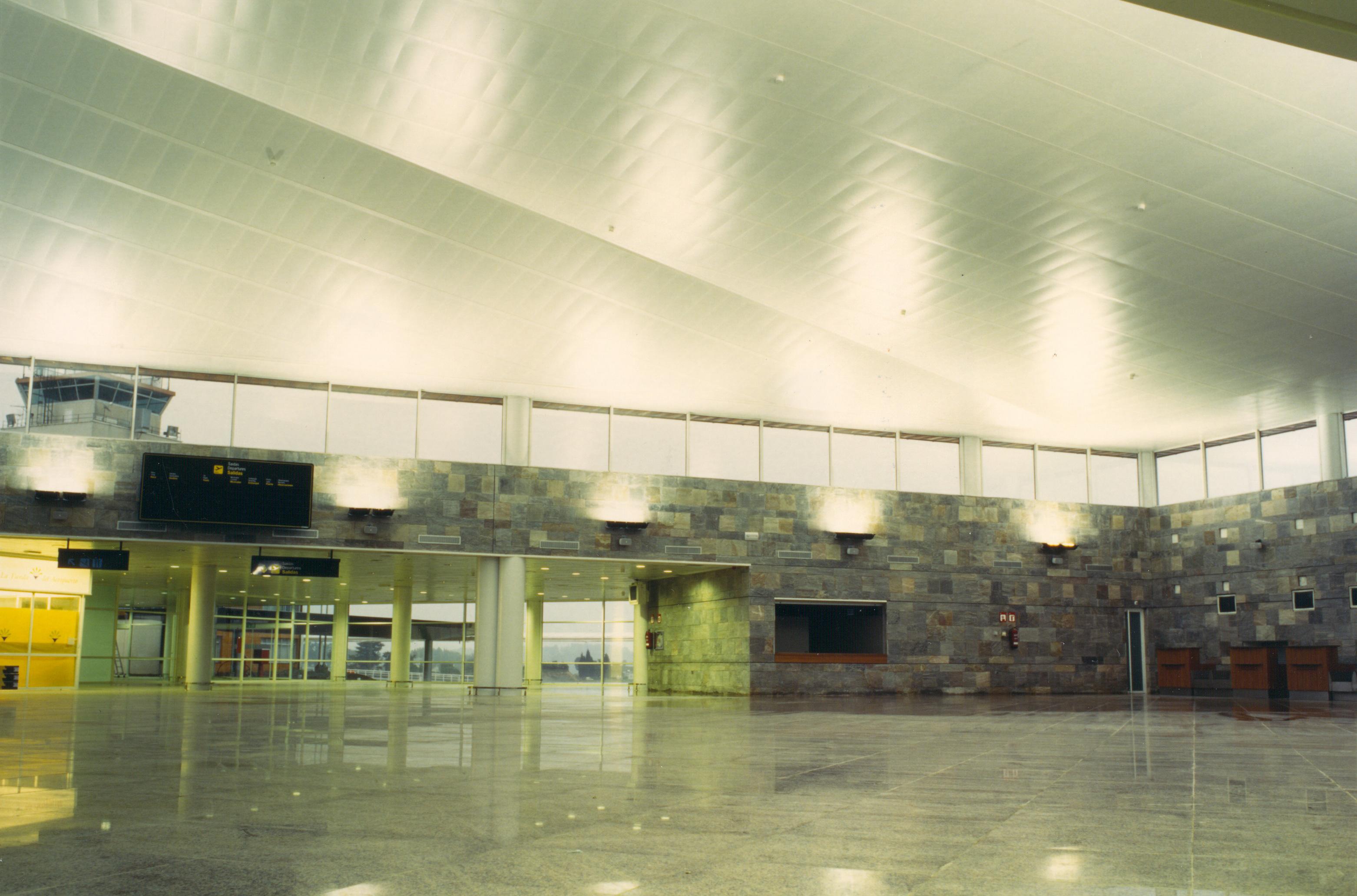 interiores entrada aeropuerto la Coruña