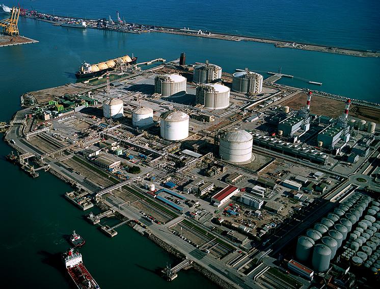 vista aerea tanques almacenamiento Gas Natural Licuado Planta ENAGAS Barcelona